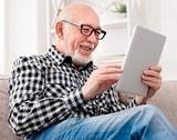 Mann mit iPad